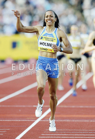 Kelly Holmes of Great Britain crosses the line to win the Women's 1500metres during the Norwich Union London Grand Prix meeting at Crystal Palace Athletics Stadium on July 30, 2004 in London. (Photo by Paul Gilham/Getty Images)